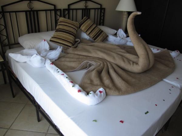 Zwaan en bloemen op het bed | Sol y Mar Yvory Suites | 23-03-2010